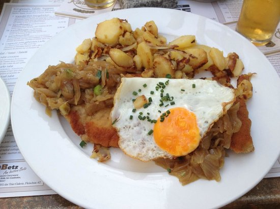 Kartoffel Restaurant Kiste: Kartoffelrestaurant Kiste, Tréveris, Brierbrauerschnitzel, escalope con cebolla y huevo. Y patat