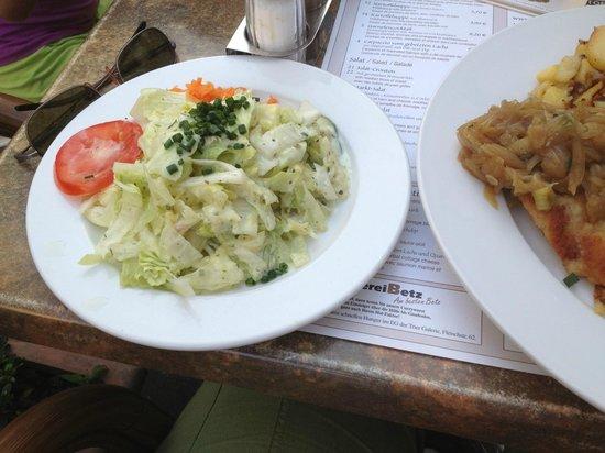 Kartoffel Restaurant Kiste : Kartoffelrestaurant Kiste, Tréveris. Guarnición de ensalada