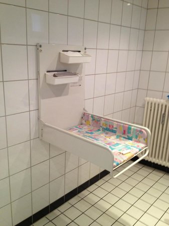 Kartoffel Restaurant Kiste : Kartoffelrestaurant Kiste, Tréveris. Cambiador en el WC de minusválidos y niños