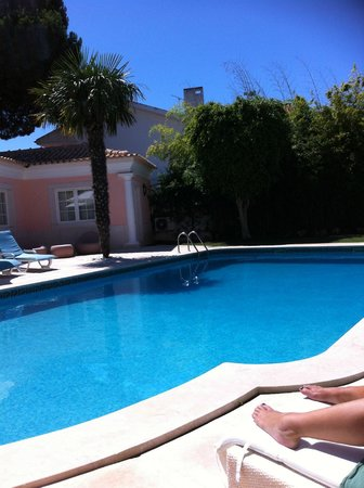 The Charm of Cascais: Love the pool and gardens and the best sun loungers!!