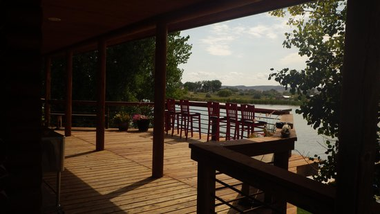 Bighorn River Lodge: A great seat to relax overlooking the bass ponds.