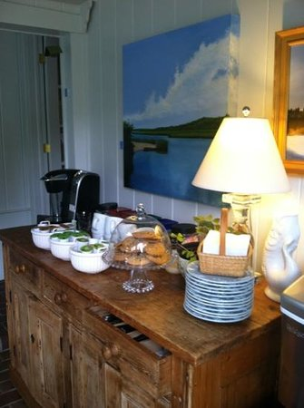 Chatham Gables Inn: coffee and cookies!