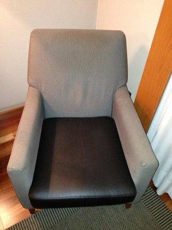 Hotel Exe Cuenca: sillón con manchas