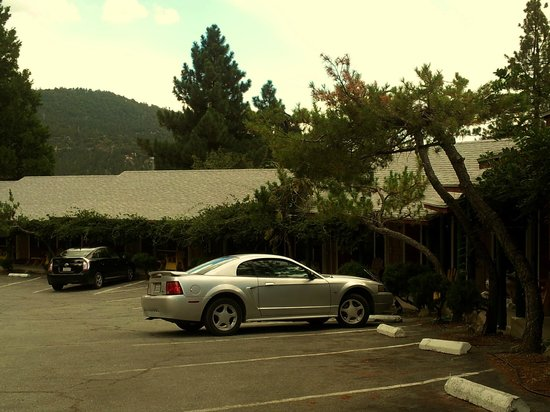 Strawberry Creek Bunkhouse Parking and Entrance