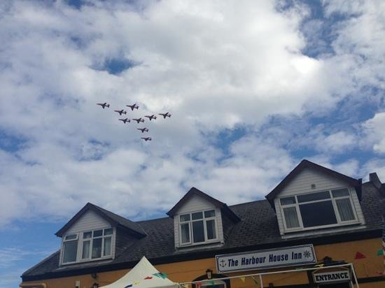Stone Boat Restaurant at The Harbour House Inn: Red arrows! The perfect spot at the harbour inn