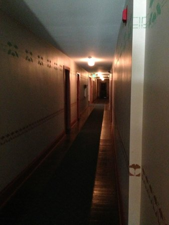 ‪‪Lakeside Inn‬: Dark hallways.‬
