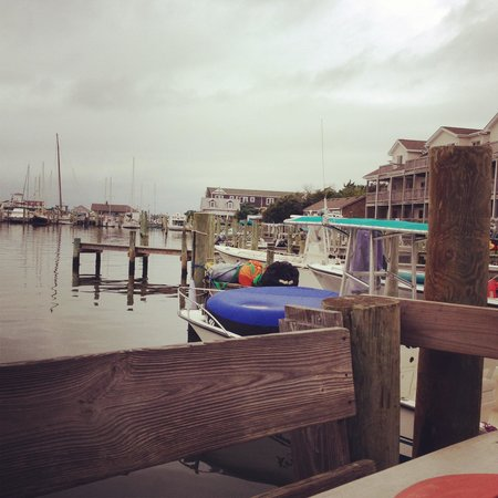 Jolly Roger Pub and Marina: Cloudy day, but beautiful view!
