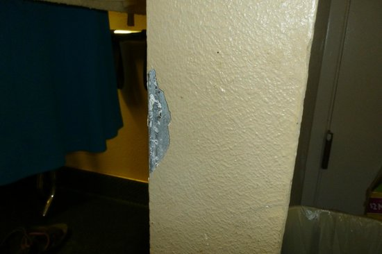 Travelodge Costa Mesa Newport Beach Hacienda: Nick in wall, not repaired