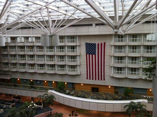 Hyatt Regency Orlando International Airport: Orlando Airport fromm Hyatt Elevator