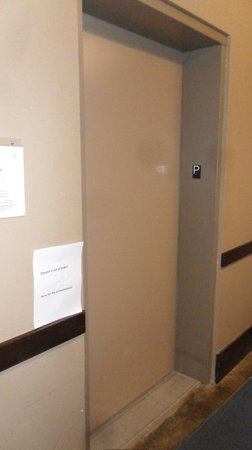 Glacier Mountaineer Lodge: Elevator stalled on parkade floor.