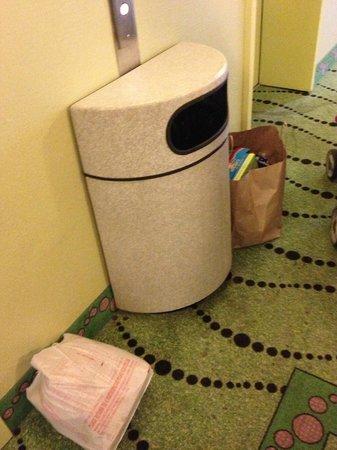 Cavalier Hotel: trash bags in halls/elevator lobby