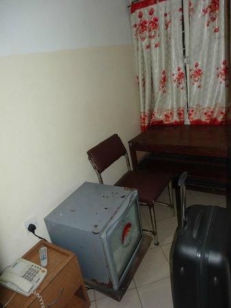 Al Uruba Hotel: The rest of the room (minus the tv and wardrobe)