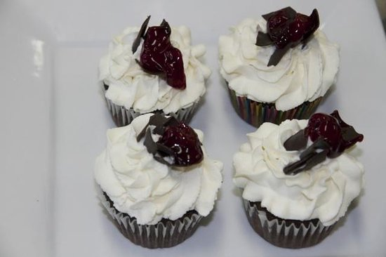 Mo's Minis Bakery : Black Forest Cake Cupcakes