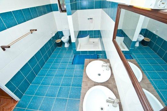 Villa Ny Telomiova : chaque chambre a sa salle de bain privative avec eau chaude.