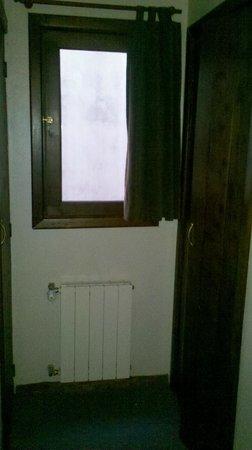 Hostel Los Troncos: Ventana de la habitacion doble