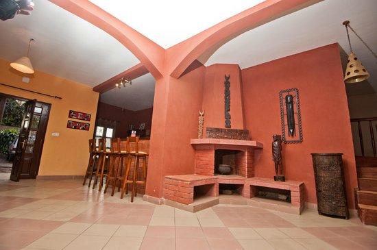 Villa Ny Telomiova : côté bar et le coin cheminée dans la salle de sejour