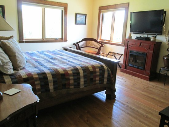 Cabin Creek Landing Bed & Breakfast: The house is beautiful
