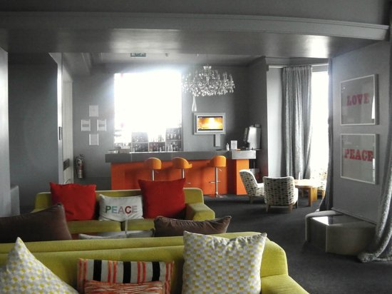 The Big Sleep Hotel Eastbourne by Compass Hospitality: Bar / communual lounge type area