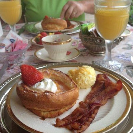 Abigail's Grape Leaf Bed & Breakfast, LLC: Breakfast one morning was Dutch babies filled with peaches