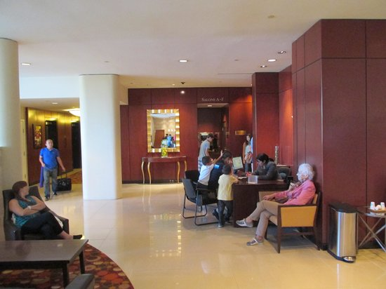 The Pinnacle Hotel Harbourfront: Alex the other Concierge Helping other Guests