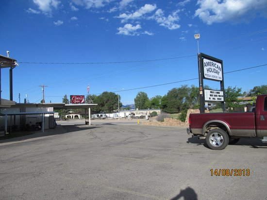 American Holiday Mesa Verde Inn Cortez: Front on very busy road. New signs