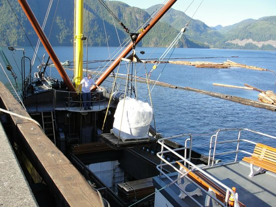 Get West Day Adventure Cruises: Loading cargo in Gold River