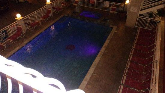 Matador Oceanfront Resort : Piscine illuminée la nuit