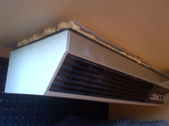 Days Inn Bath Hammondsport : The air conditioning unit, a.k.a the fan, fixed to the wall with generous applications of foam.