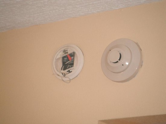 Knights Inn Mount Laurel: Smoke detector had to be removed.