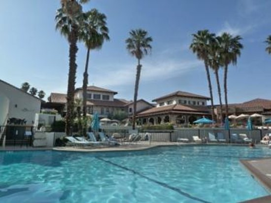 Omni Rancho Las Palmas Resort & Spa: Looking at lobby, restaurant and patio from the pool area