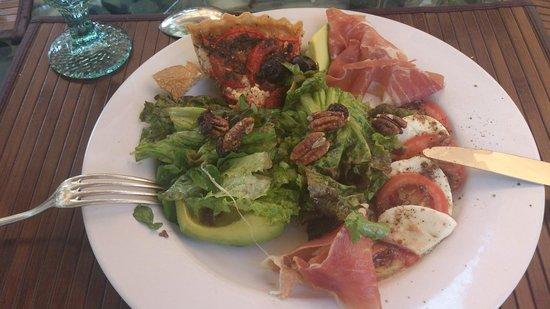 Casa Marly: Comida en el jardín