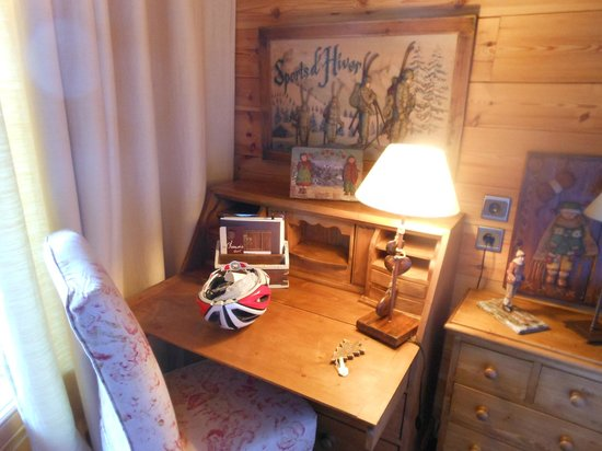Hotel le Chamois d'Or : writing desk in room