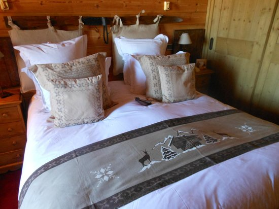Hotel le Chamois d'Or : duvet queen size bed