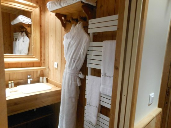 Hotel le Chamois d'Or: bathroom robes and heated towel bar