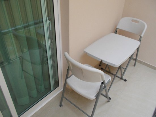 Hostal San Francisco De Asis: Little table and chairs in our outside terrace