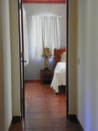 Villa Delfin Roatan: Hall leading to bedroom