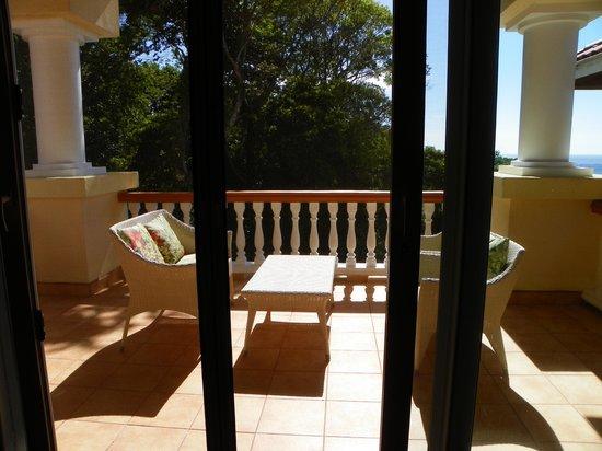 Villa Delfin Roatan: Nice outside patio furniture with view