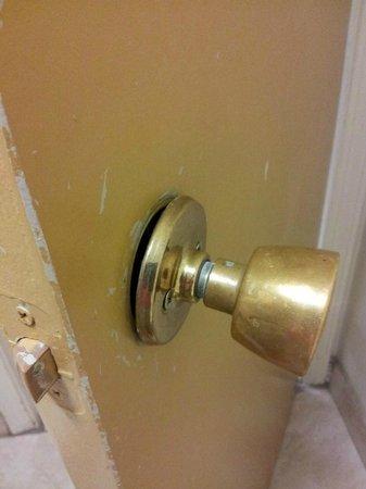 Best Western Little Rock South: Door knob falling off & old chippy paint in bathroom.