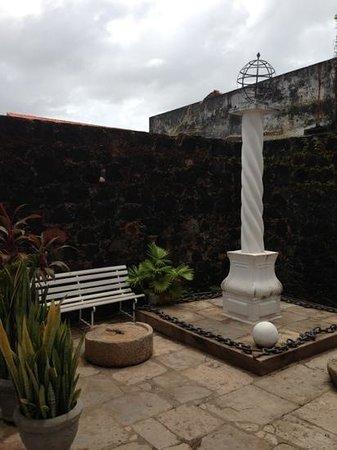 Cafua das Merces: Réplica do Pelourinho onde escravos ficavam, e detalhe da pedra onde eles ficavam acorrentados e