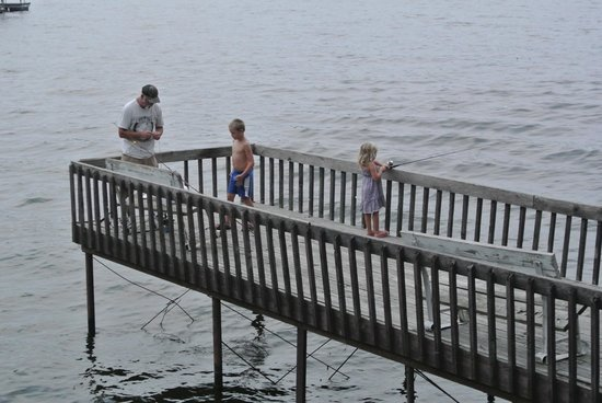 Lakeview Resort: beat up dock...