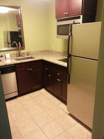DoubleTree Suites by Hilton Hotel Charlotte - SouthPark: kitchen in king suite