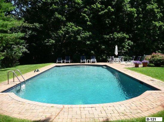 East Hampton Colonial Inn: Pool area