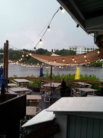 Boatyard Waterfront Bar and Grill: The deck!