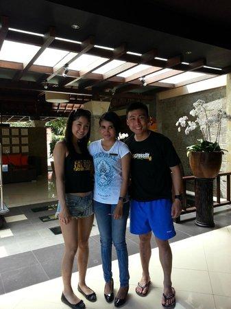 Adhi Jaya Hotel: Picture with Anieq, number 1 staff from Adhi Jaya!