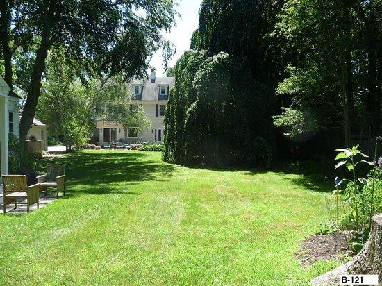 East Hampton Colonial Inn: Back lawn