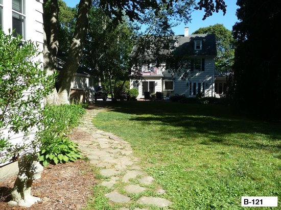 East Hampton Colonial Inn: View from Cottage to Main house