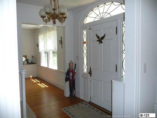 East Hampton Colonial Inn: Front foyer