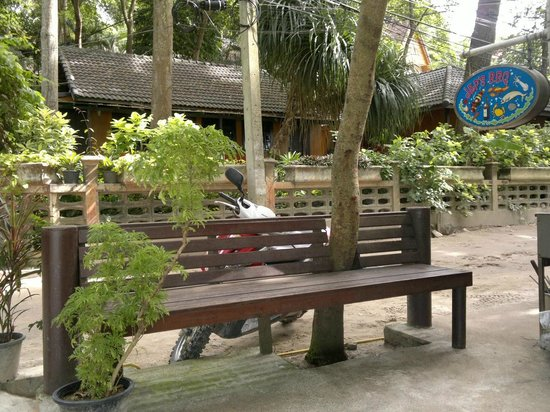 Jep's Bungalows: Green trees surrounding of resort