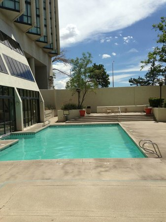 Albuquerque Marriott: Pool area, needs more chairs though!
