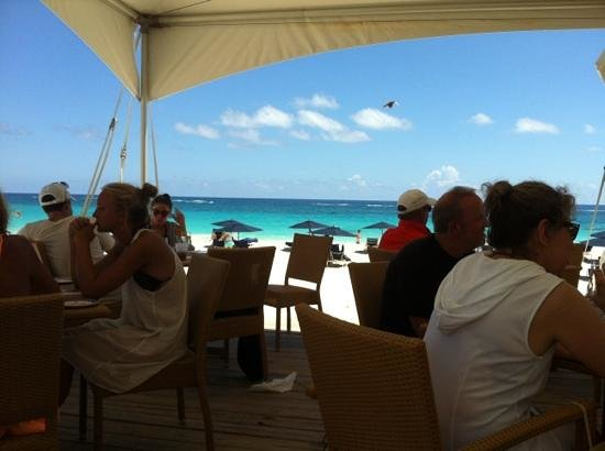 Mickey's Beach Bistro and Bar : view of elbow beach